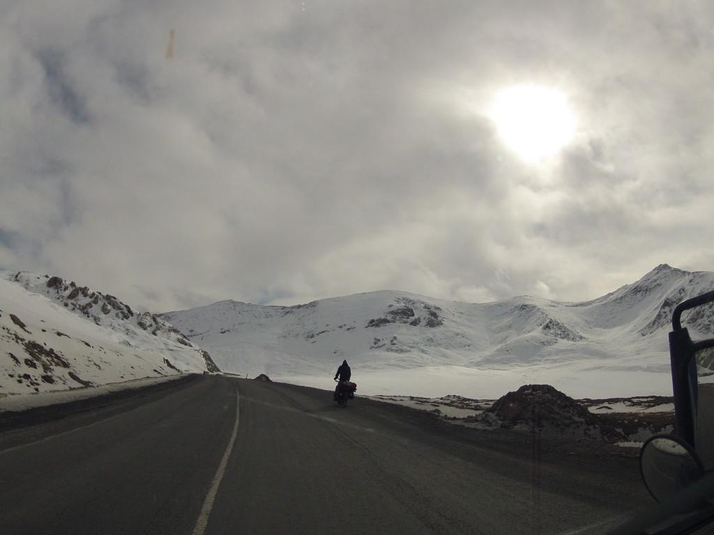 Rowerzysta na drodze do Chin