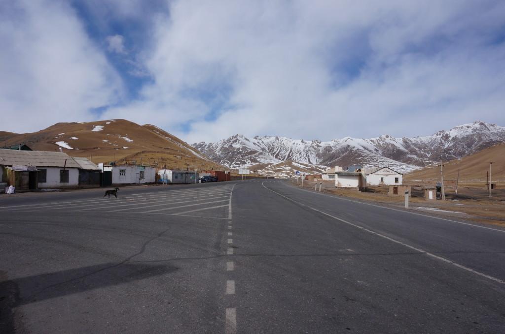 Sary Tash- w prawo Tadżykistan, w lewo Chiny