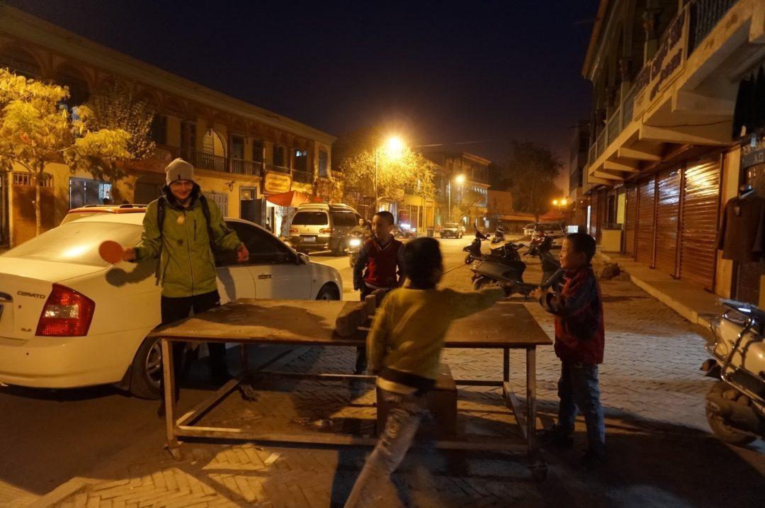 Ping pon z dzieciakami na ulicy