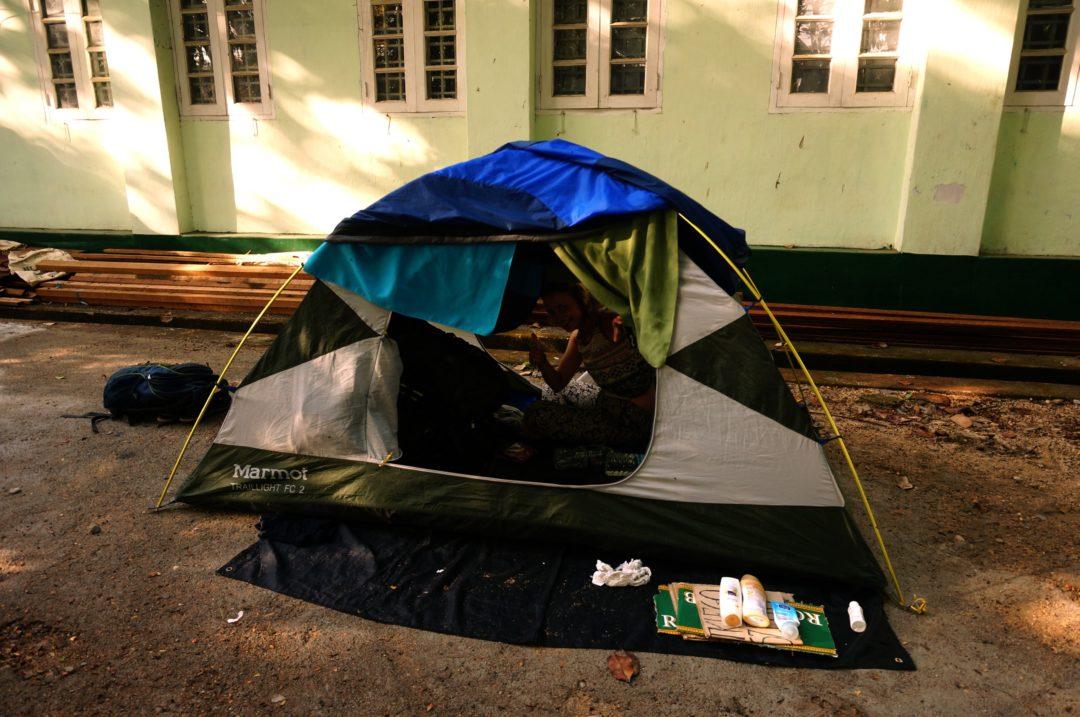 Autostop w Birmie- namiot rozbity koło budynku Nadleśnictwa w Dawei