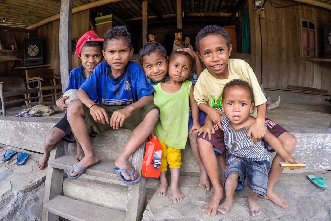 Dzieci na wyspie Flores w Indonezji