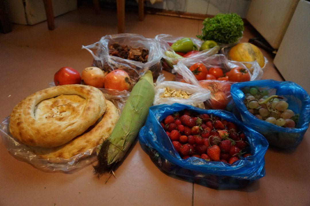 Owoce i warzywa z Osz Bazaru w Biszkeku. Autotop w Kirgistanie - Na Nowej Drodze Życia