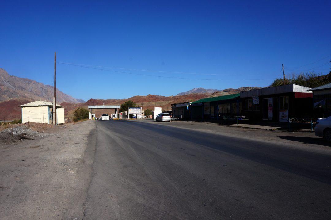 Miejscówka do łapania stopa. Autotop w Kirgistanie - Na Nowej Drodze Życia