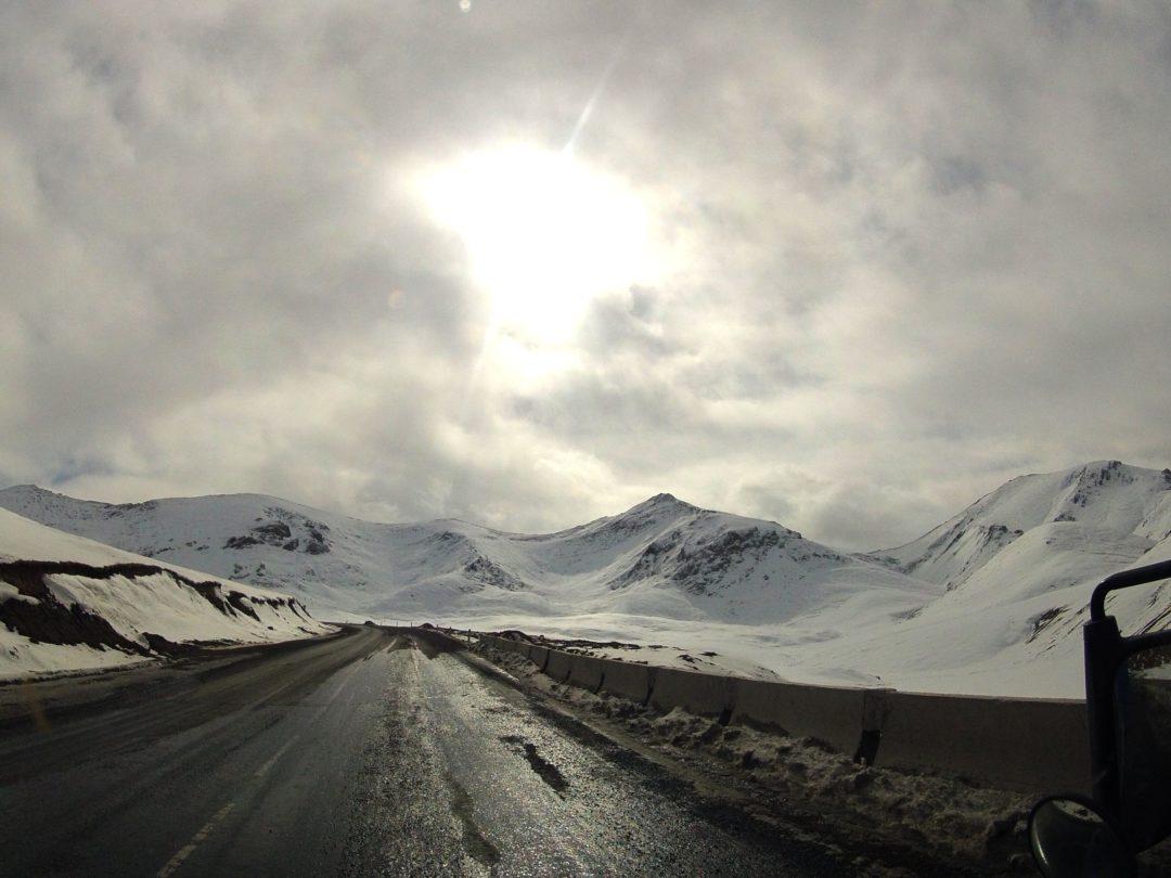 Oblodzona droga wysoko w górach. Autotop w Kirgistanie - Na Nowej Drodze Życia
