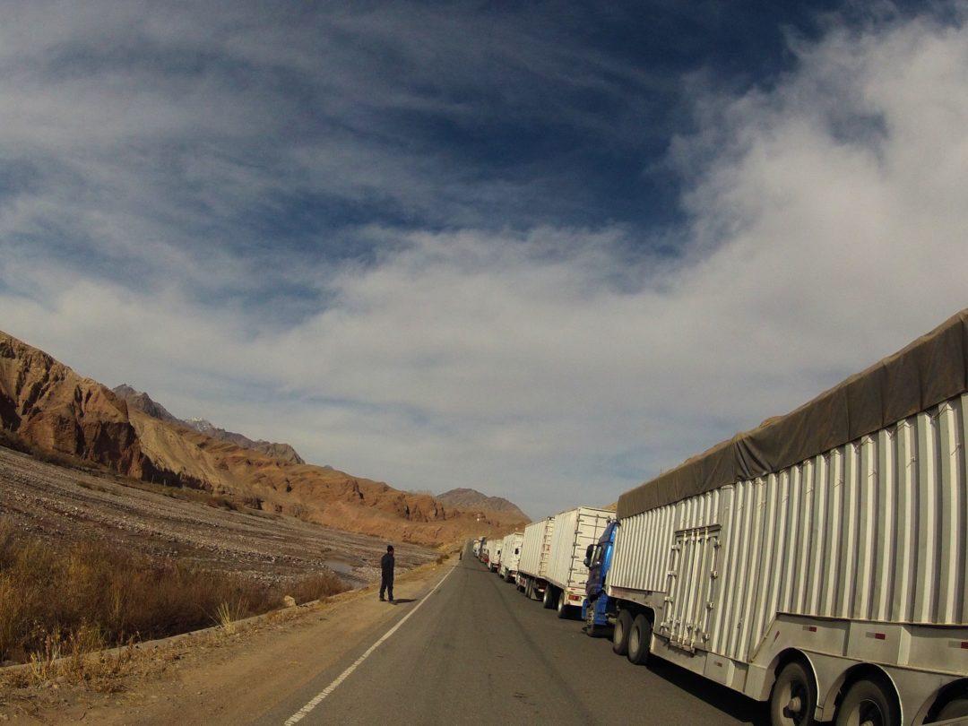 Autotop Kirgistan - Na Nowej Drodze Życia- Korek na granicy