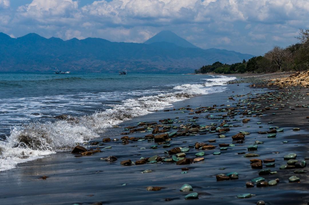 Flores co zobaczyć - Indonezja - Plaża z niebieskimi kamieniami