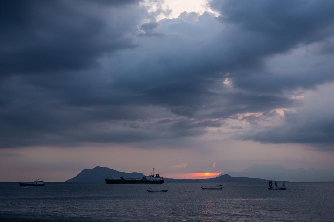 Flores co zobaczyć - Indonezja -Ende czarna plaża