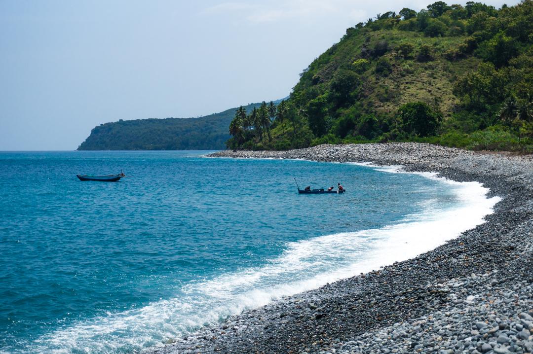 Kamieniste plaże na Flores w Indonezji